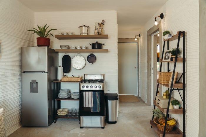 tủ lạnh và giá treo xoong, nồi trong nhà
