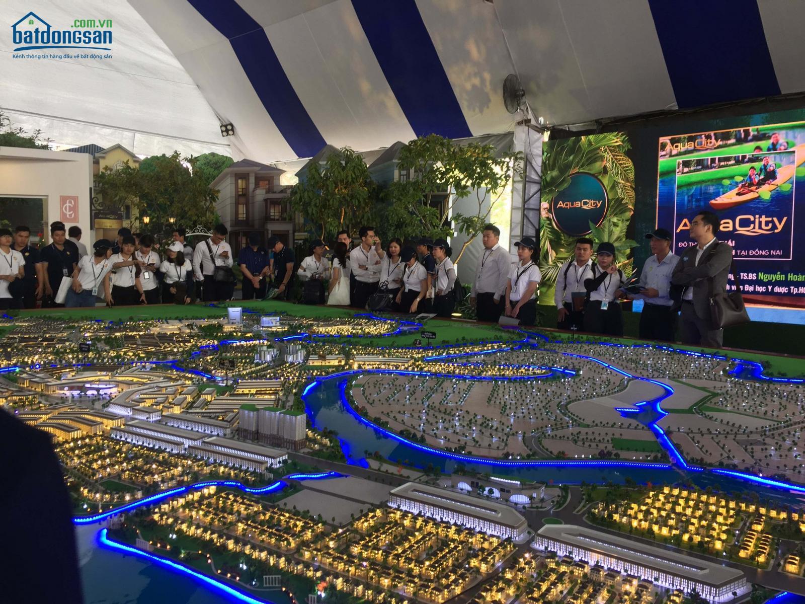 Sa bàn một dự án bất động sản lớn, gồm nhiều khu vực, xung quanh có rất nhiều người đứng xem.
