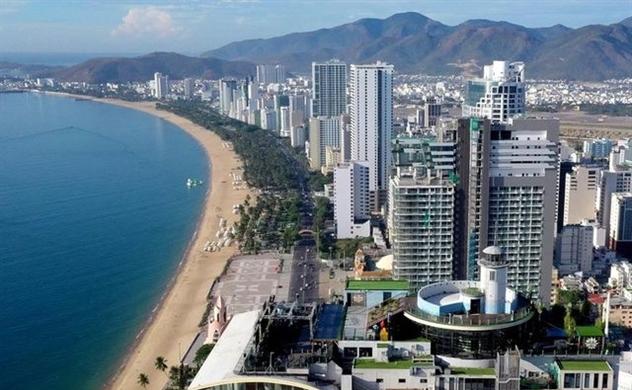 Những tòa nhà cao tầng nằm sát ven biển, mặt biển màu xanh.