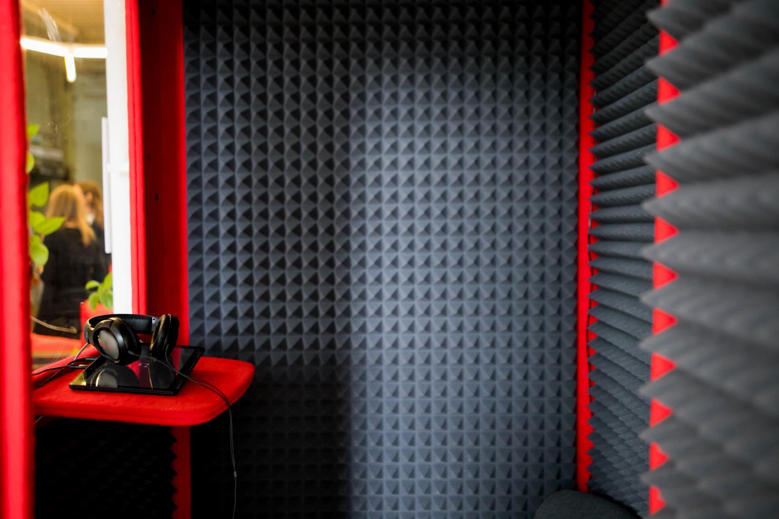 một căn phòng được cách âm, chống ồn bằng mút xốp trứng gà