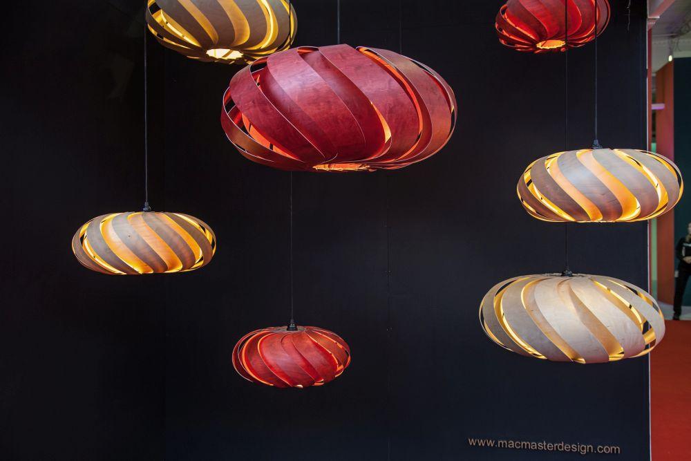 những chiếc đèn thả trần hình cầu đầy màu sắc trong căn phòng tối
