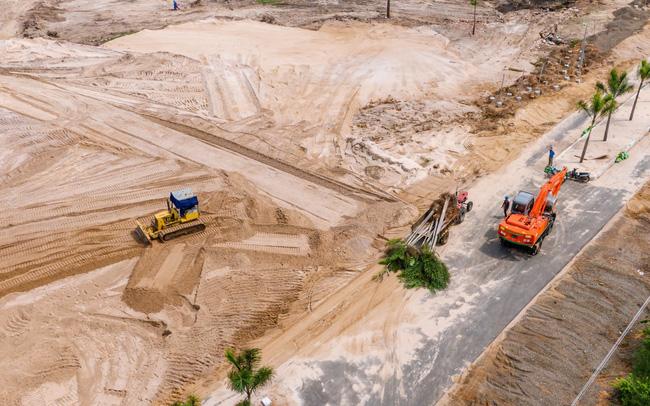 dự án đất nền ma alibaba nhìn từ trên cao với 2 máy xúc đang hoạt động