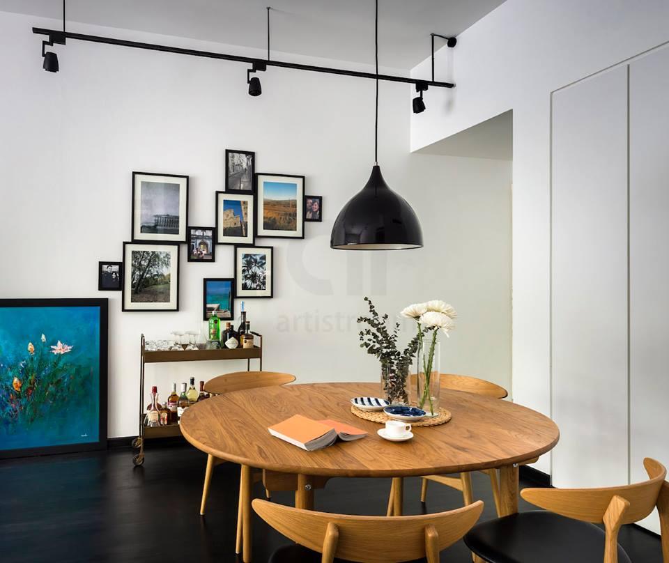 đèn thả trần hình bát úp màu đen treo phía trên bàn ăn tròn
