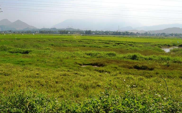 mảnh đất hoang vắng, phía sau là những dãy núi