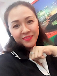 Chân dung một phụ nữ trẻ mặc vest, tay chống cằm