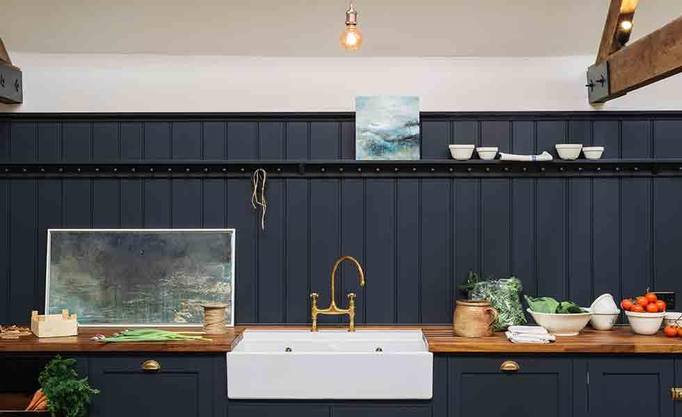 nhà bếp mang phong cách cổ điển với bồn rửa màu trắng và tổng thể tối màu