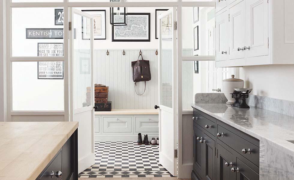 tủ hành lang và tủ bếp màu trắng nhưng được thiết kế theo cùng một phong cách