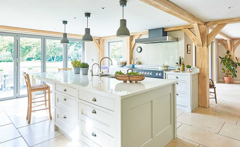 tủ bếp màu pastel trong căn bếp rộng rãi mang phong cách nông trang