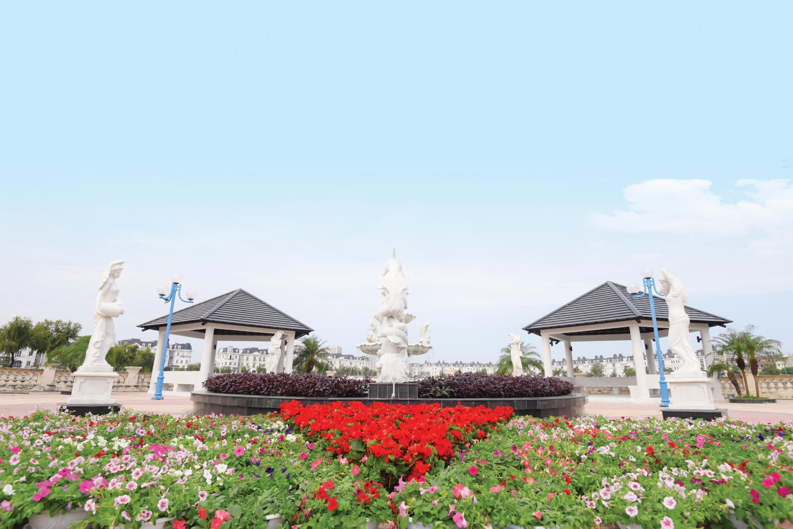 Khuôn viên dự án với các bức tượng, bồn hoa...