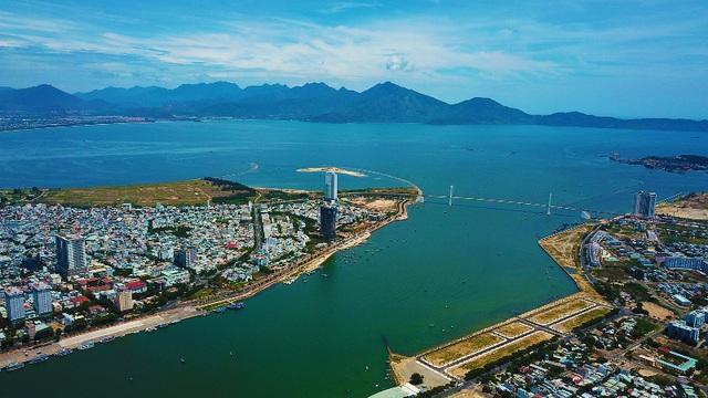 TP. Đà Nẵng nhìn từ trên cao có biển và nhiều công trình nhà ở