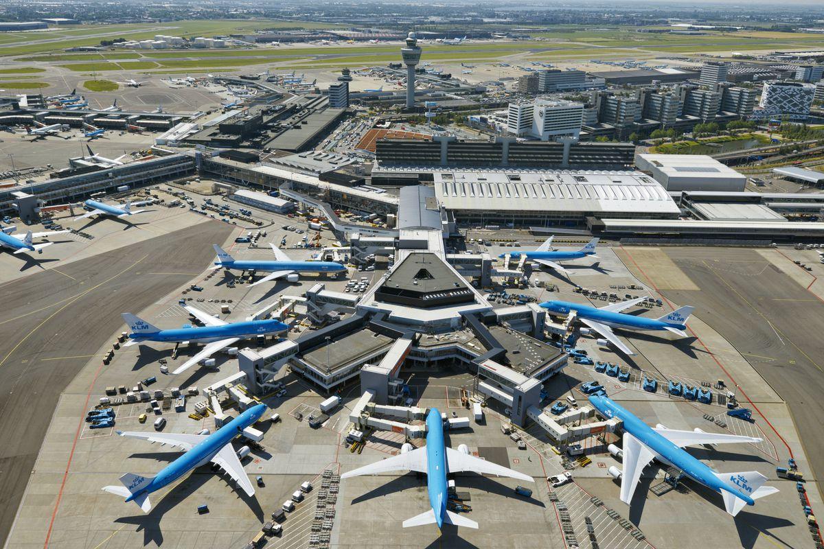 Hình ảnh sân bay chụp từ trên cao với các công trình nhà chờ và nhiều chiếc máy bay màu xanh đang đỗ ở sân