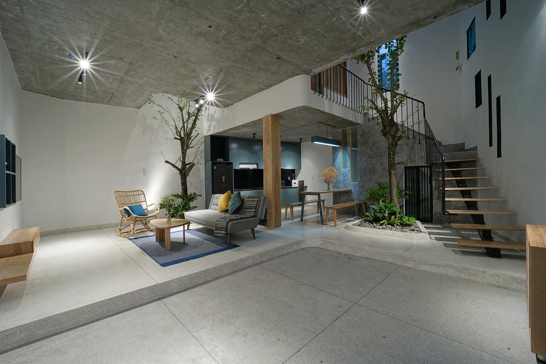 không gian mở tầng 1 gồm phòng khách, bếp và chỗ để xe