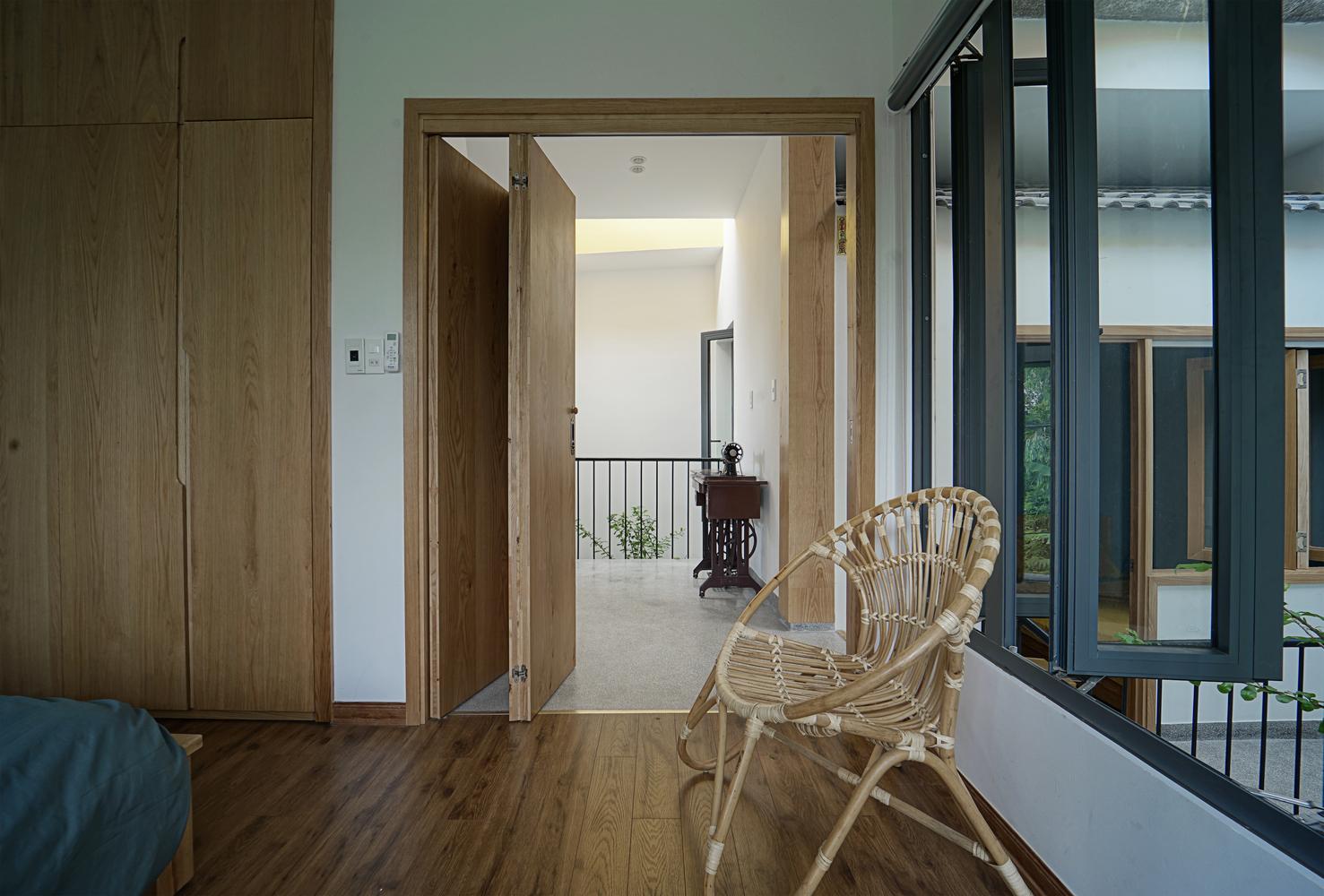 cửa phòng ngủ mở ra ban công