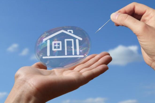 bong bóng xà phòng in hình ngôi nhà, 2 bàn tay đỡ lấy bong bóng