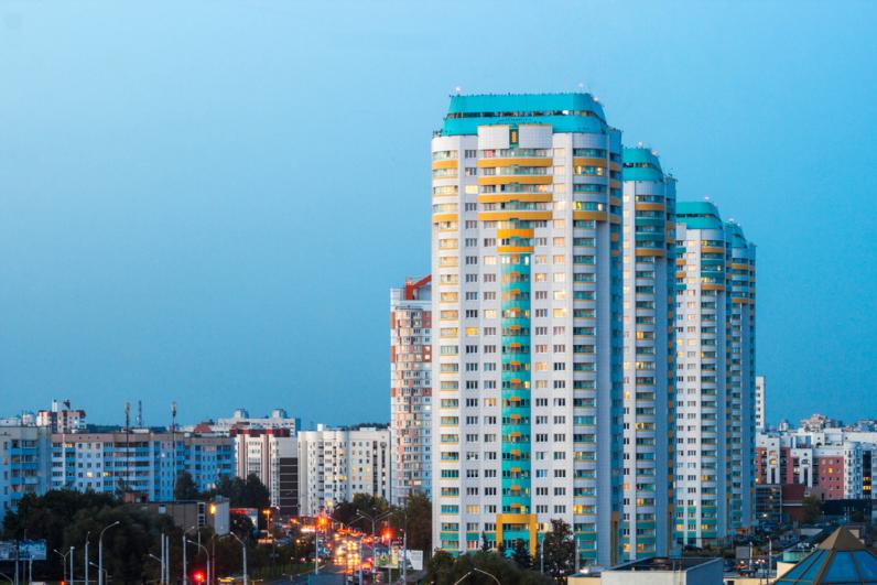 Một khu chung cư gồm nhiều dãy nhà cao tầng, xung quanh là các khu nhà thấp hơn.