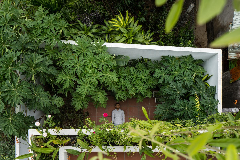 khoảng sân vườn sau nhà nhìn từ trên cao xuống
