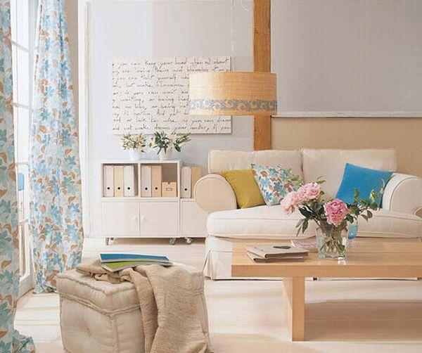 phòng khách chung cư với sofa trắng và bàn trà gỗ