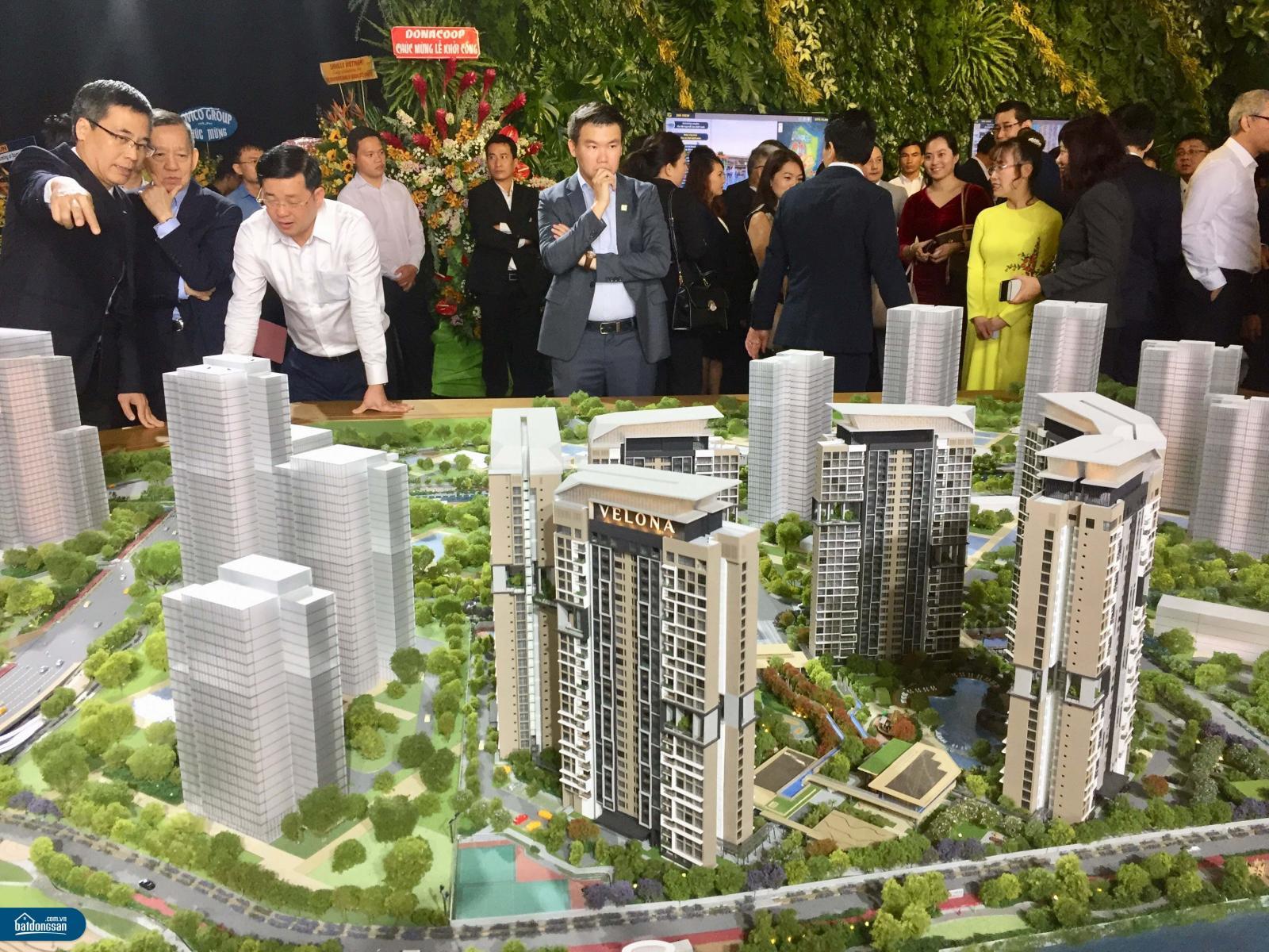 Nhiều người đứng xem sa bàn một dự án bất động sản gồm nhiều tòa nhà cao tầng.