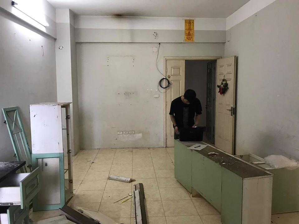 phòng khách căn hộ đã cũ và xuống cấp