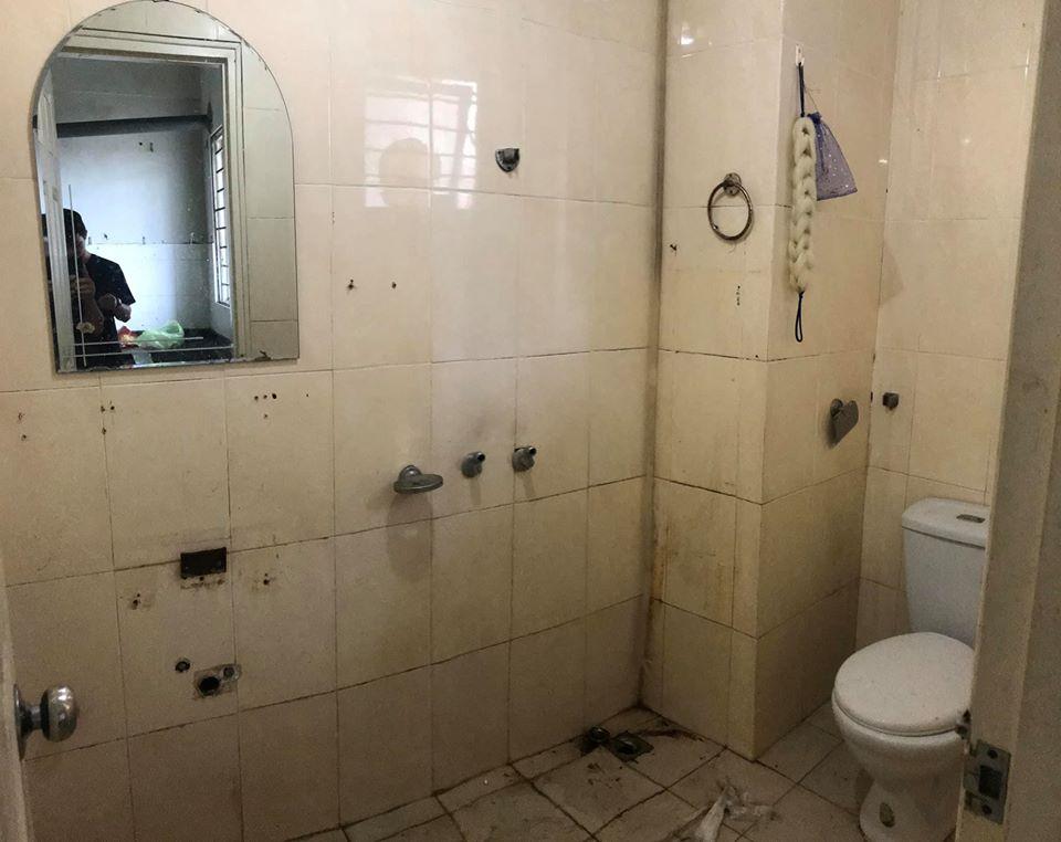 nhà vệ sinh xuống cấp