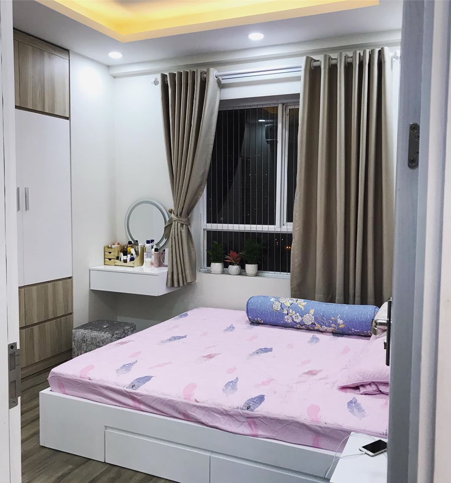 phòng ngủ bố mẹ với ga trải giường màu hồng