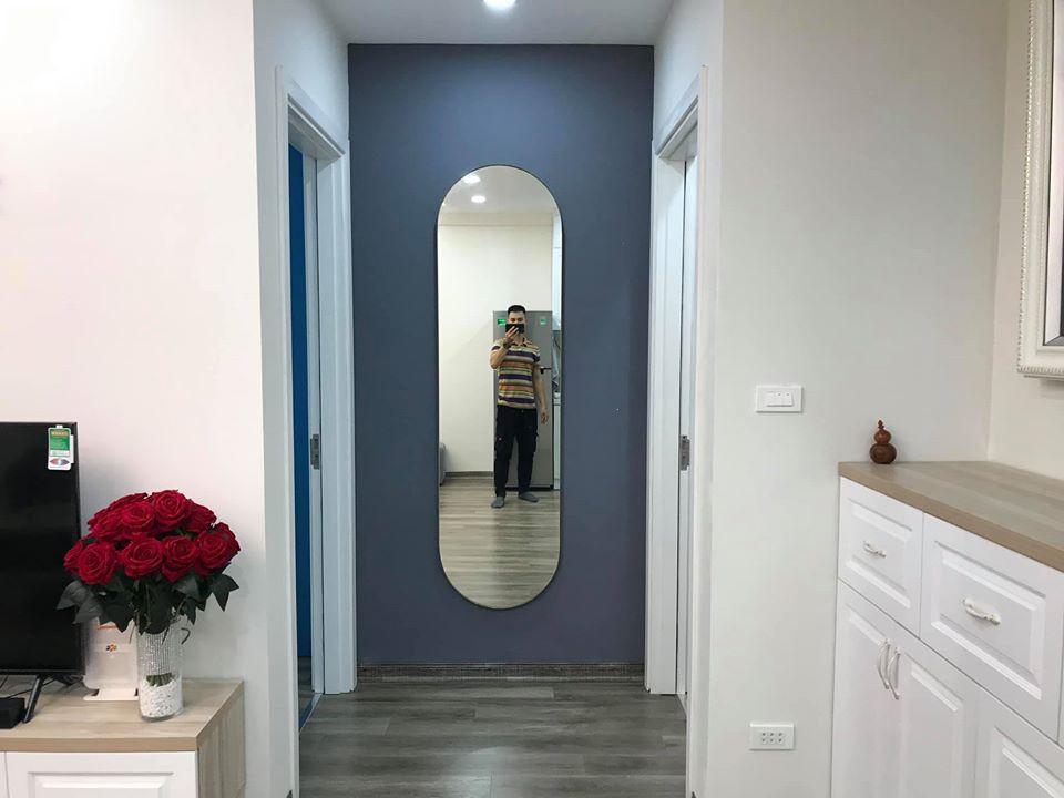 người đàn ông đứng chụp ảnh trước gương