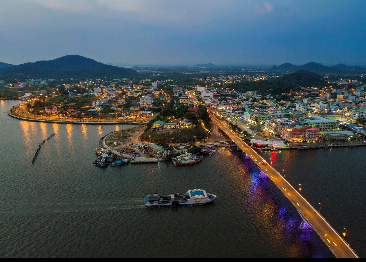 TP. Hà Tiên nhìn từ trên cao với cảng biển, cầu và nhiều công trình nhà ở