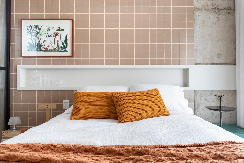 mảng tường bê tông thô mộc phía đầu giường