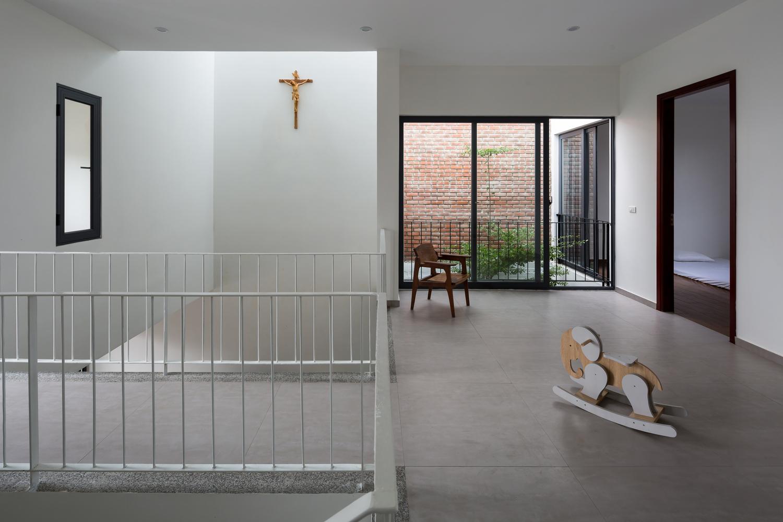 cây thánh giá bằng gỗ treo ở tường giếng trời