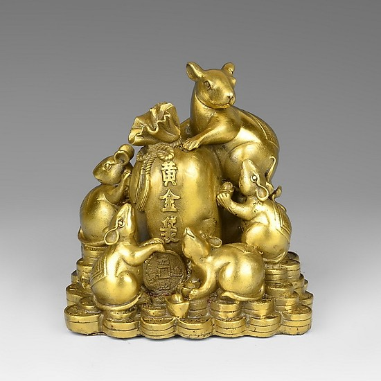 Tượng một đàn chuột mạ vàng ngồi trên đống tiền xu, ôm hũ gạo.
