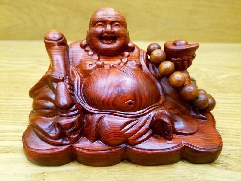Tượng Phật Di Lặc bằng gỗ màu nâu.