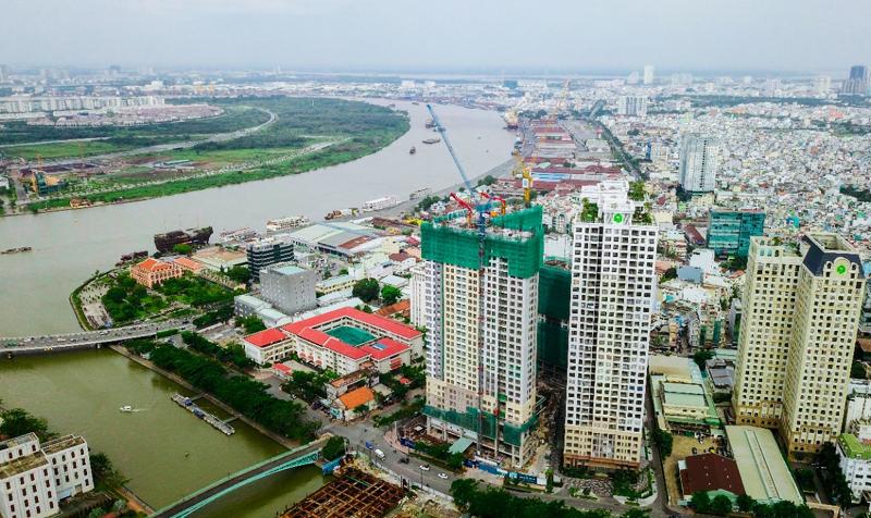 Thành phố nhìn từ trên cao có nhiều công trình nhà ở bố trí ven sông