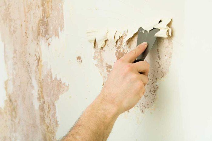 bề mặt tường bong tróc được làm mịn trước khi thực hiện các bước sơn nhà