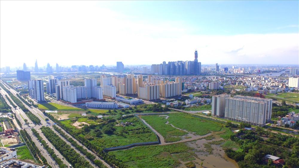 một góc thành phố nhìn từ trên cao với nhiều nhà cao tầng, khu đất trống