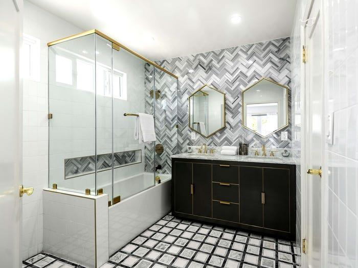 phòng tắm có buồng tắm kính và bồn rửa đôi