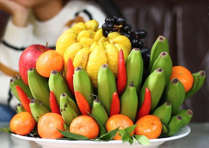 Mâm ngũ quả miền Bắc gồm chuối xanh, quýt, ớt đỏ, táo, phật thủ vàng.