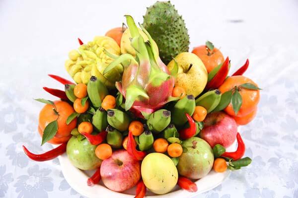 Mâm ngũ quả gồm nhiều loại trái cây, nhiều màu sắc.