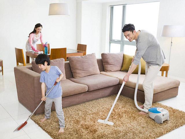 các thành viên trong gia đình đang dọn dẹp nhà cửa đón tết