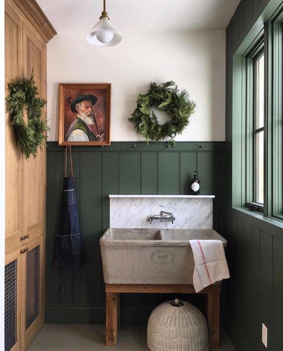 phòng tắm nhỏ màu xanh lá