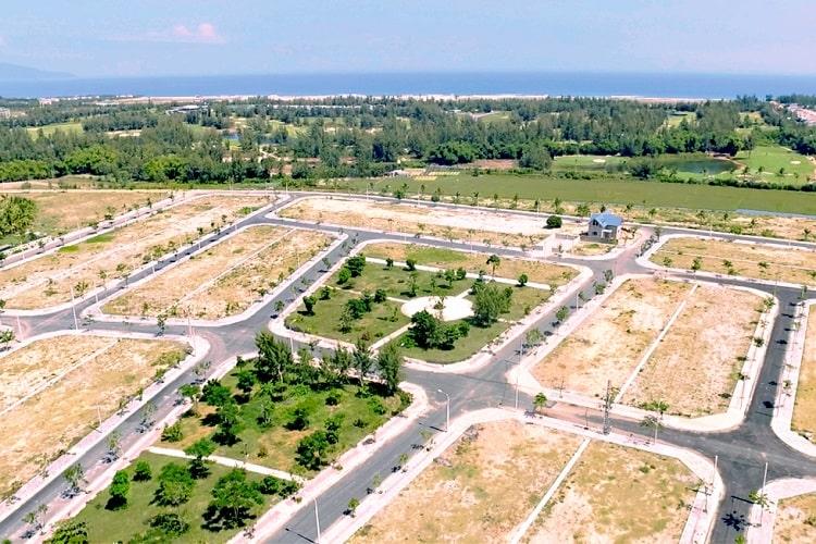 Đất nền phân lô nhìn từ trên cao, phía xa có nhiều cây cối và biển