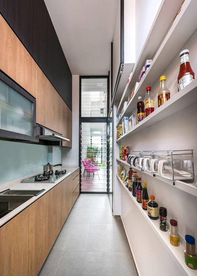 hệ thống kệ gỗ gắn tường trong bếp