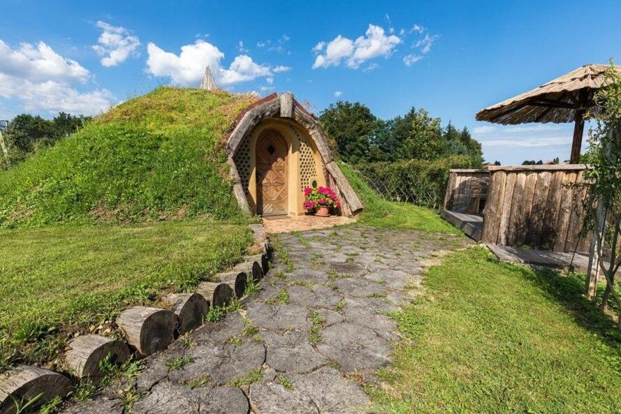 nhà hobbit phủ đầy cỏ xanh