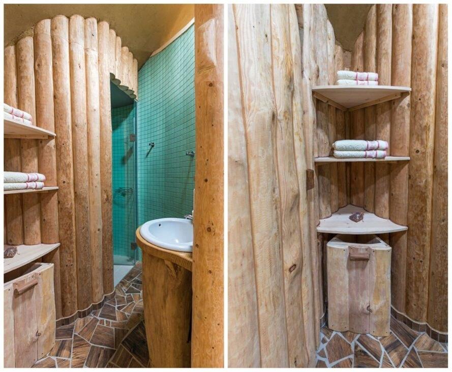 phòng tắm nhỏ xinh với tường ốp gỗ