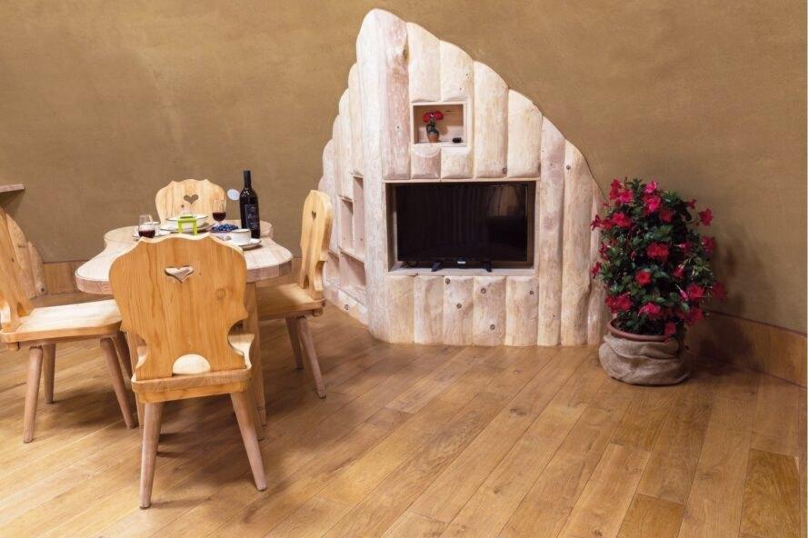 bàn ăn trong ngôi nhà hobbit