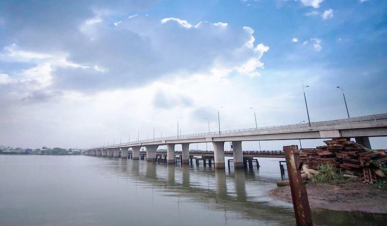 cây cầu bắc qua sông