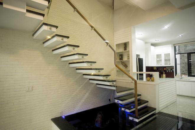 cầu thang bậc rỗng kết hợp lan can kính