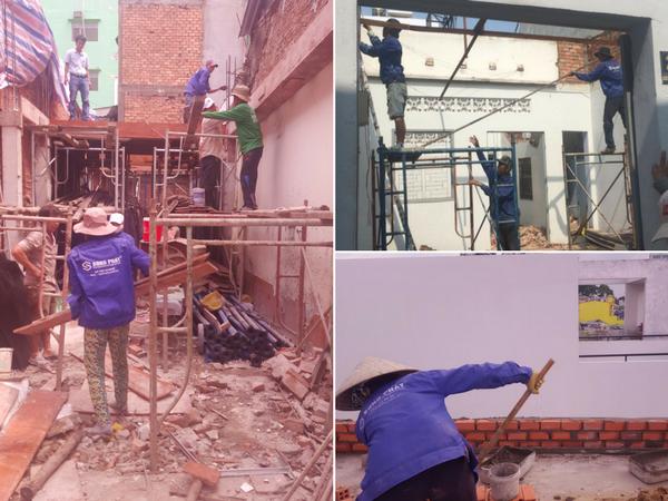các công nhân đang xây dựng nhà