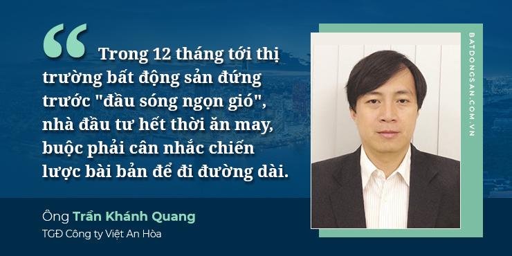 Ảnh thiết kế nền xanh các dòng chữ màu trắng, bên phải là chân dung ông Trần Khánh Quang, tóc rẽ ngôi, mặc vest.