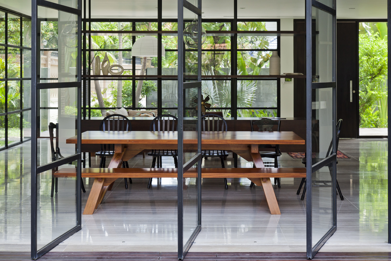 cửa sổ mở xoay bằng khung thép và kính