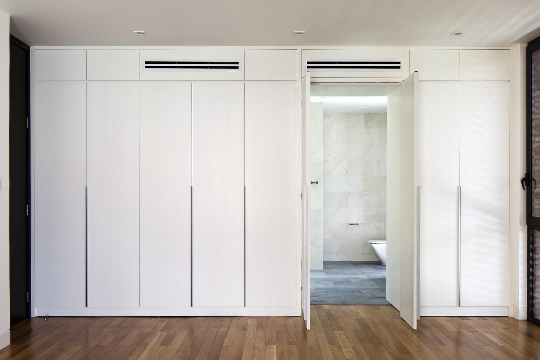 phòng vệ sinh ẩn sau cánh cửa màu trắng